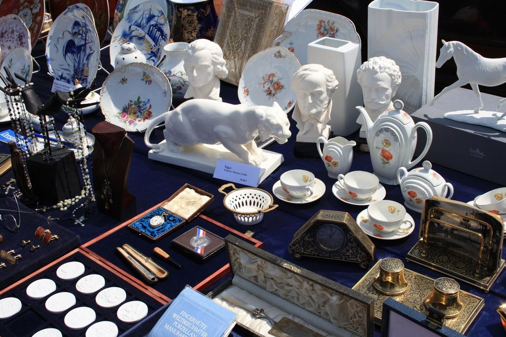 Sonntags Kunst Antik und Trödelmarkt am Haus der